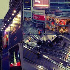 Dundas Square, Toronto True North, The Hobbit, Toronto, Times Square, Canada, Travel, Viajes, Destinations, Traveling