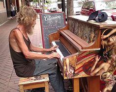 Morador de rua tocando piano emociona e faz sucesso