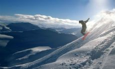 Snowboarder jumps Leaming Ridge into Coire Dubh, Nevis Range