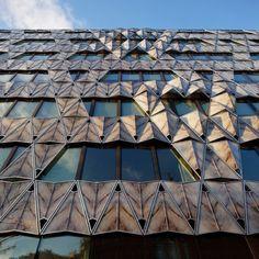 Origami Building : situé non loin de la Place de l'Étoile, cet immeuble de bureaux, signé par l'architecte Manuelle Gautrand, frappe par sa façade vitrée. Un origami de marbre, mais il s'agit en fait de panneaux composites, formés de marbre assemblé sur un double feuilleté de verre. Cette seconde peau translucide, élégante et moderne forme les garde-corps, assure l'intimité des usagers et tamise la lumière naturelle pour agir comme un filtre et créer une ambiance intérieure chaleureuse.