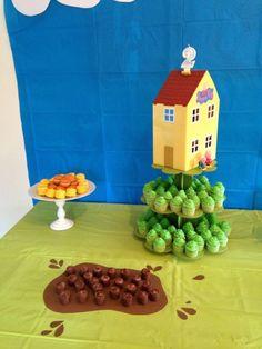 peppa pig green table cloth + blue backdrop