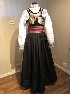Beltestakk i grønt og rosa | FINN.no All Things, Scandinavian, Ethnic, Victorian, Dolls, Dresses, Fashion, Traditional Design, Baby Dolls