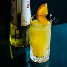 The Harvey Wallbanger is a modern classic that combines a Screwdriver with the Italian liqueur Galliano. Reportedly born in the 50s, the cocktail was a hit in the 1970s. Recently, Galliano converted back to their original recipe so try this drink today if you want to relive the golden days of disco. Types Of Cocktails, Fruity Cocktails, Beach Cocktails, Vodka Cocktails, Absolut Vodka, Classic Cocktails, Cocktail Drinks, Cocktail Recipes, Alcoholic Drinks