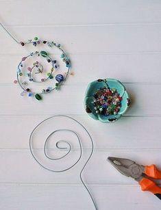 Make flower pins from wire and pearls yourself - Smillas W .-Blumenstecker aus Draht und Perlen selber machen – Smillas Wohngefühl Flower plug made of wire and pearls DIY - Wire Crafts, Diy Home Crafts, Garden Crafts, Bead Crafts, Crafts For Kids, Resin Crafts, Paper Crafts, Flower Crafts, Diy Flowers