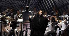 Antony & The Johnsons dün akşamki konserine 'Vurulduk Ey Halkım Unutma Bizi' şarkısıyla başladı.