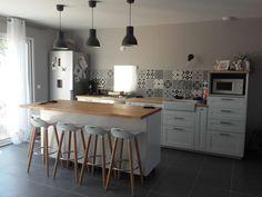 Cuisine 44m2 cuisine sol gris foncé - Bedarrides (Vaucluse - 84) - octobre 2016 Kitchen Remodel, White Modern Kitchen, Sweet Home, Kitchen Decor, Furniture, White Kitchen, Home Decor, House Interior, Home Deco
