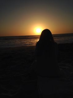 San Diego, CA sunset photo by: Laura Kincade Best Photo Poses, Girl Photo Poses, Girl Photography Poses, Tumblr Photography, Sunset Photos, Beach Photos, Shadow Pictures, Profile Pictures Instagram, Foto Casual