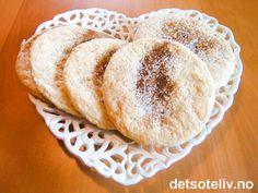 """""""Jødekaker"""" er gammeldagse kaker, som har vært bakt både i Norge og i Danmark helt siden midten av 1800-tallet. I dag bakes de særlig på Vestlandet, og kanskje først og fremst til jul. Denne oppskriften på """"Jødekaker"""" stammer fra """"Sevaldsens bakeri"""" i Kristiansund, som visst nok er spesielt kjent for å selge gode """"Jødekaker""""! """"Jødekaker"""" skal lages store og runde, eventuelt med litt taggete kant. Hornsalt gjør at kakene hever seg under steking..."""