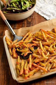Melty Cheesy Garlic Parmesan Fries with a yummy low syn ranch dressing - Slimming World and Weight Watchers friendly Slimming World Vegetarian Recipes, Slimming World Dinners, Slimming Eats, Slimming Recipes, Slimming Word, Slimming World Syns, Side Dish Recipes, Veggie Recipes, Cooking Recipes