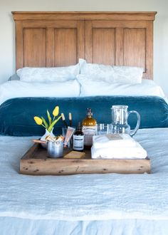10 amazing pointers & methods on how to prepare your home for overnight guests. In addition to great illumination in the guest room, leave es. Guest Bedroom Decor, Guest Bedrooms, Bedroom Ideas, Bedroom Inspo, House Guest Gifts, Guest Houses, Navy Bedroom Walls, White Bedroom, Guest Basket