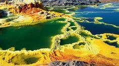 Das Vulkangebiet Dallol in Äthiopien zählt zu den farbigsten der Welt. Mineralien, tief aus dem Bach der Erde entnommen, werden rund um die heißen Quellen als farbintensiver Sinter abgelagert, um alsbald wieder zu erodieren.