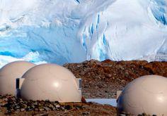 Sonriso | Travel in Style | POLARNE SAFARI Antarktyda Odwiedzający Kapsztad wybierają się często na Przylądek Dobrej Nadziei, aby móc spojrzeć na oceaniczny bezkres, za którym majaczy już tylko pustkowie Antarktydy. Ten program to zaproszenie, żeby zrobić jeden krok dalej – żeby postawić stopę na samym spodzie naszej planety.