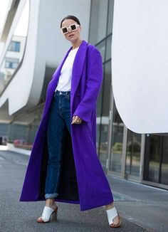 Lena Lademann usa jeans, t-shirt e overcoat roxo, mule branca, ultra violet, Fashion Mode, Look Fashion, Winter Fashion, Fashion Outfits, Womens Fashion, Fashion Design, Fashion Trends, Lila Jeans, Mantel Styling