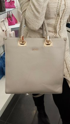 La bella Simona chiede una borsa che si abbini perfettamente al suo #outfit odierno: niente di meglio che una Bag Anna by #LiuJo color champagne...che ne dite?