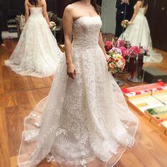 久しぶりの試着へ♡ キャロリーナヘレナのコレット。 ハリのある硬めのチュールにスパンコール刺繍が施され、キラキラと輝くドレス。 光の降り注ぐチャペルにはぴったり合いそうな1着! #プレ花嫁#ウェディングドレス #ドレス試着#キャロリーナヘレナ #ノバレーゼ