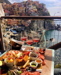 Discover a country full of history! book your accommodation in Italy! Aesthetic Food, Travel Aesthetic, Beautiful Places To Visit, Oh The Places You'll Go, Food Goals, Cinque Terre, Future Travel, Foodie Travel, Travel Guide