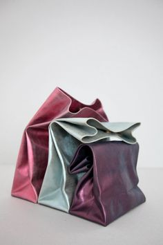 """{MUST HAVE} these metallic """"lunch"""" bags are my new clutch. My Bags, Purses And Bags, Boite A Lunch, Diy Sac, Handmade Bags, Leather Craft, Handmade Leather, Leather Bags, Fashion Bags"""
