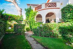 REF. 6756V Detached house for #sale laid out in 2 floors, on a 1000sq m. Located in 'La Milla de Oro', 100m away from the beach and 15km away from Barcelona. The property is surrounded by a large garden  with swimming pool, barbacue and chill-out  #Castelldefels #BaixLlobregatSud #LaPineda #Barcelona #SeaAtipikaBarcelona #AtipikaBarcelona #AtipikaBcn #RealEstate www.atipika.com