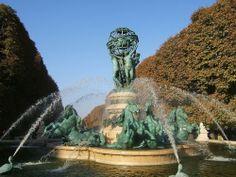 Fontaine des quatre partie du Monde, place Camille-Julian a Paris 6eme dans le jardin de Marco Polo, entre le bd St Michel et Montparnasse. Fontaine en bronze construite entre 1867 et 1874....