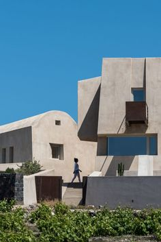 House in Pyrgos is a fortress-style holiday home covered with earth-toned plaster built by Kapsimalis Architects on the Greek island of Santorini. Algarve, Underground Pool, Scandinavian Interior Living Room, Mediterranean Plants, Santorini Island, Santorini House, Wooden Pergola, Nursery Room Decor, Architect House