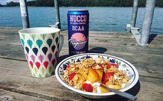 Godmorgon! Ledig fredag från jobbet, så åkte ut till skärgården igår kväll. Vaknade upp med utsikt över vattnet och har precis ätit denna frukost på bryggan 🙏 Nu blir det ett 'morgondopp' och sen ska jag bara njuta av livet 😍 #skärgårdslivet granola pauluns isisudentilsattsukker jordgubbar persika nektarin kvarg Nocco bcaa tropical kaffe brygga hav sommar