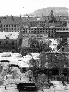 Károly körút és a Városháza (Főpolgármesteri Hivatal) romos épületei a Madách Imre tér felől nézve