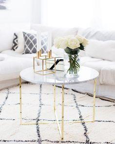 Wunderschöne Blumen auf einem noch viel schöneren Couchtisch, kombiniert mit dem Handgetufteter Teppich Cotswold im trendigen Beni Ourain Stil. Dazu Accessoires in Gold und helles Interior. Fertig ist ein zeitloser glamouröser Look für Dein Zuhause! // Wohnzimmer Couchtisch Blumen Sofa Teppich Kissen Dekoration Gold Weiss Ideen #WohnzimmerIdeen #Dekoration @inriyouth
