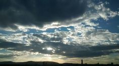 El sol entre nubes grises