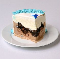 Copycat Ice Cream Cake.  I need to try this. Much better than paying $20+ for the ones at Dairy Queen.