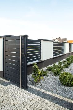 // Moderner Aluminiumzaun Arete H Source by The post Moderner House Fence Design, Front Wall Design, Main Gate Design, Door Gate Design, Gate Designs Modern, Modern Small House Design, Modern Fence Design, Aluminum Pool Fence, Backyard Fences