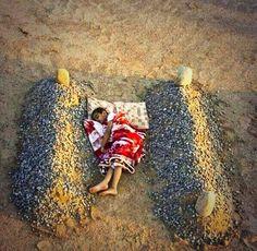 Heartbreaking.......a boy in Syrie sleeps between his parents.