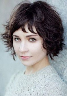 Messy Wavy Short Hairstyles for Round Faces.