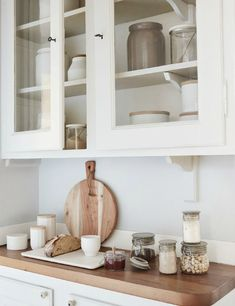 White and wood in the kitchen//