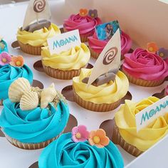 We love the colourful tropical vibes we get off these cute Moana cupcakes 💕💙💕 . Moana Birthday Party Theme, Moana Themed Party, Luau Birthday, Luau Party, 3rd Birthday Parties, Birthday Ideas, Cupcakes Moana, Moana Cupcake, Disney Cupcakes