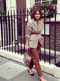 Мирослава Дума. Светлый пиджак и коричневые брюки