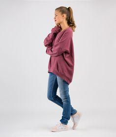 Catrin ist ein superlässiges Oversize-Sweatshirt mit Einsätzen in den Seitennähten, Fledermausärmeln und Bündchen an Ärmeln und Saum. Schnittmuster Oversize Shirt Catrin ist einfach zu nähen.  Den Sommersweat auf den Fotos kannst Du übrigens beim Stoffbüro bestellen! Es gibt ihn auch in blau. Mehrgrößenschnitt: 34/36/38/40/42/44/46 Stoffempfehlung: Sweat, Jersey   Laisa, das Model, ist 170 cm groß und trägt Größe 36.  Dieses Schnittmuster gibt es als Versandschnitt (geplottet auf 80g…