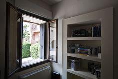 Studio Brusaterra Gattuso si è occupata della realizzazione di rivestimenti a parete con doghe fresate e forate nelle aree comuni come reception e sala d'attesa. Fornitura dell'arredamento. #uffici #workspaces #arredo #arredamento #desing #rivestimenti #studio #finestra #window #interiordesing #interior