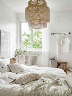 couleur de chambre blanc bois nature cosy décoration bohème #boho #bohème #osier #rotin #blanc #crème #lit #chambre #lustre #chambreadulte #romantique