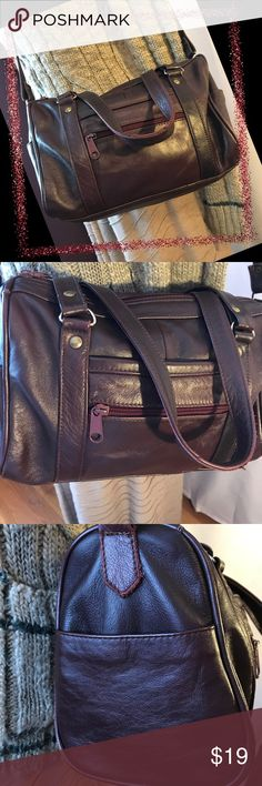 """Leather Crossbody 🌞 Genuine Leather crossbody bag made in Mexico 🇲🇽 Beautiful oxblood color🇲🇽 Clean interior 🇲🇽 Great condition 🇲🇽 Measures approximately 10"""" x 8"""" x 3"""" with 19"""" strap drop along with double handles that measure 7""""🇲🇽View all photos and ask questions prior to purchase. No Smoke and Pet Friendly home 🏡 Bags Crossbody Bags"""