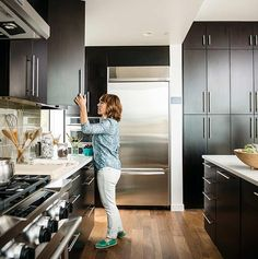 Customize your kitchen - Breezehouse - Mare Island - Woman opening cabinet