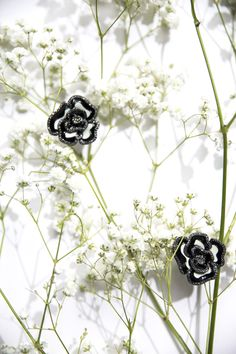Black and white flower cufflinks made of lacquered enamel, Finn will add a luxurious and elegant precious touch to your shirt thanks to its petals delicately adorned with rhinestones.