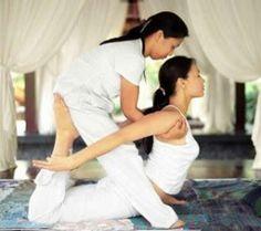 Il massaggio thai è una sorta di yoga assistito, il massaggiatore riproduce esercizi yoga sul paziente