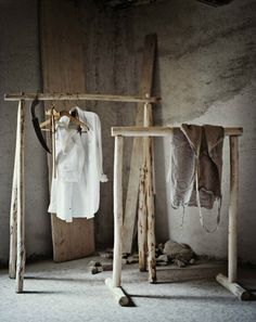 Wabi Sabi Art + Design from a Scandinavian perspective Natural elegance Scandinavian modern Harmonious style Creative spaces Clever DIY Tutorial Wabi Sabi, Rustic Outfits, Garment Racks, Diy Furniture, Furniture Vintage, Industrial Furniture, Vintage Industrial, Industrial Style, Design Industrial