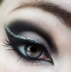 Smokey just got smokeyer with this lovely display of Shimmery silver eyeliner over black cat eye eyeliner with black matte eyeshadow around and below the crease of the top eyelid! Cat Eye Eyeliner, How To Do Eyeliner, Cat Eye Makeup, Glitter Eyeliner, Hair Makeup, Eye Liner, Matte Eyeshadow, Cat Eyes, Eyeshadows