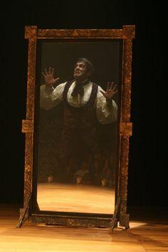"""Domingos Montagner como o Dr. Jekyll durante ensaio do espetáculo """"O Médico e os…"""
