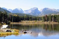 Although Sprague Lake seems so natural, it is a reservoir constructed by Abner Sprague in 1914 as part of the Glacier Basin Lodge complex. Today, it is one