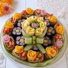 Sushi Cake, Sushi Party, Bento Recipes, Vegetarian Recipes, Ramen Comida, Amazing Food Platters, Amazing Food Decoration, Japanese Food Sushi, Sushi Platter