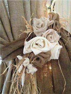 20 detalles decorativos hechos con arpillera / 20 Decoratives details made with burlap OFFICE DOORWAY. Burlap can be so Beautiful! – lovely roses… maybe tuck [. Burlap Projects, Burlap Crafts, Diy And Crafts, Diy Projects, Burlap Lace, Burlap Flowers, Hessian, Burlap Fabric, Burlap Swag