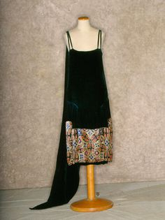 Black silk velvet evening gown with beaded and embroidered hem panel, 1926-28. Tirelli Trappetti Foundation.