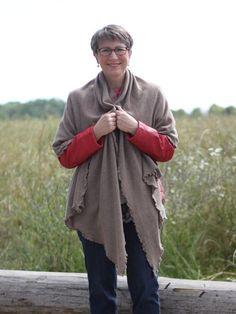 Outfit mit kuscheliger Stola Soraya in fango von Eva Schreiber